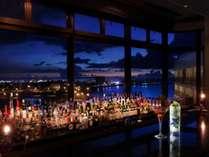 ホテル最上階から眺める夜景は美味しいカクテルと相性ばっちり。