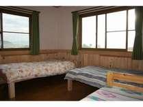 3人部屋。のどかな田園風景と朝日が望めます。