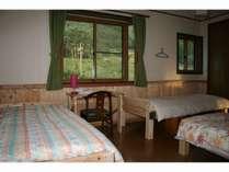 4人部屋ドミトリー。 手作りの総ヒノキベッド。木の香りを楽しんでください。