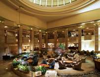 開放感にあふれた空間が印象的なホテルアトリウムロビー
