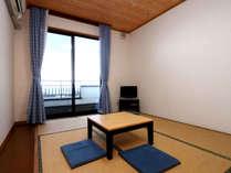 落ち着いた雰囲気の本館和室6畳。ゆったりとおくつろぎください。