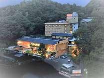 源氏山の南、伊豆長岡温泉湯本に位置する長岡店は、広々と開放的な佇まいの高級旅館。
