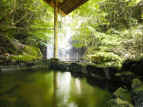 自家源泉の温泉にたゆたい心身を開放する贅沢な湯の音色と一体となっていく
