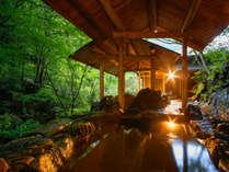滝の音が聞こえる自然を感じる大浴場や滞在中いつでもご利用頂けるお部屋の専有露天風呂で癒しの時間を。