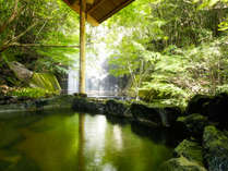 滝の音が響く岩風呂、水深100cmの深湯、低温浴の寝湯などバリエーション豊かな露天風呂(大浴場)