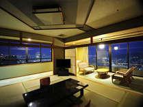 ◆二面の窓ガラスから夜景を望める特別和室。ゆったり広縁も完備