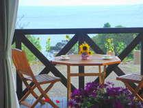 屋久島の海が一望のウッドデッキ。各部屋専用なので、のんびりできます。屋根つきなので雨でも安心。