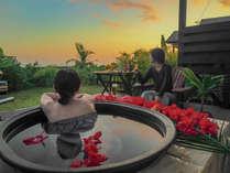 ブルーからピンクへ移り変わる空と海を眺めながら、露天風呂を満喫。