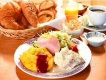 当館のこだわり朝食♪ヒーシュタントのクロワッサンに自家製野菜のサラダ