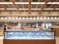 レストラン「華の輪」ライブ感あふれる全長18mのオープンキッチン。美しいデザートケースにも注目!