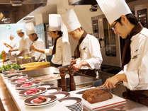 ライブキッチンではパスタやローストビーフなど洋食、お寿司や天ぷらなど出来立てをご提供致します。