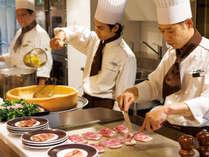ライブキッチンではローストビーフなど洋食、お寿司や天ぷらなど出来立てをご提供致します。