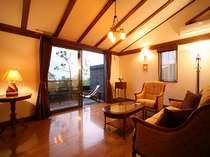 イタリアやフランスの家具、ガレのランプシェードなど、客室は南仏リゾート風インテリア。