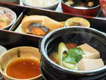 *和朝食●朝はすっきりと和朝食を。体を温めてくれる湯豆腐やふっくら卵焼きなどをお楽しみください