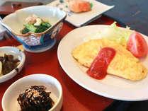 *【朝食一例】おひたしや佃煮、卵や魚など、バランスのとれたメニューです。