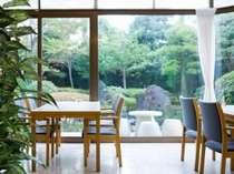 木もれ日の差し込む和彩レストラン「風香」で美味しい料理をお召し上がり下さいませ