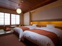 和洋室 シモンズのワイドベッドで寛ぎのひと時を…ベッド2つと布団2つのお部屋です。