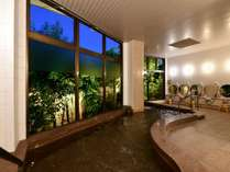 夜の大浴場はライトアップされいい雰囲気に