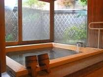 三方がガラス張りで開放的な檜風呂。