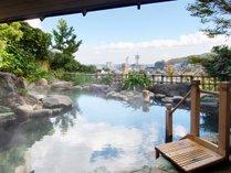 *【露天風呂(混浴)】塩分を含んだ温泉は、自家源泉100%かけ流し。混浴ですが女性専用の時間もあり。