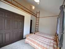コテージ2階ロフト付寝室。お泊り頂くのは、写真のベッド付のお部屋かベットなしのお部屋のいずれかです。