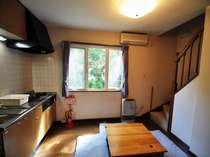 コテージ1階部分キッチン、バストイレ、TV、冷蔵庫、食器等完備