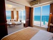 キングサイズのダブルベッドを配したベッドルームはご夫婦・カップルのお二人がゆっくりとお休み頂けます。