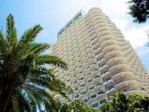 ホテル玄関から見上げた外観。24階建ての沖縄最高層ホテル。