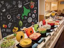 レストランでは当面の間、ブッフェ形式での提供を見合わせ、セットメニューでのご提供とさせて頂きます。