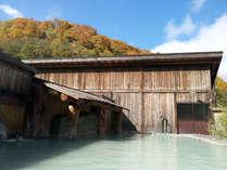 *【大露天風呂】季節により装いを変える山肌と、小地獄を眺めながらのんびり。