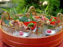 目にも美しい懐石料理の中の前菜。この他10品程のお料理が楽しめる本格的な懐石料理です。