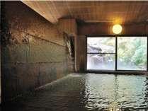 絶えず「壁一面」から流れ落ちる掛け流し温泉が心に残る。大迫力の温泉をお楽しみいただけます。