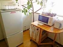 共用の冷蔵庫・電子レンジ・お湯・お茶セット。お気軽にご利用いただけます。
