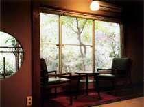 山に面した広めの和室です。