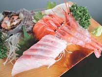 <刺身盛り合わせ>その日の仕入れによって使用する魚介類が異なります