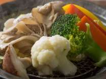 地野菜のタジン鍋。県産ヤシオマスを、一緒に蒸し上げる当館人気の逸品。