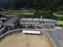 ●交流宿泊所コブシ(旧宮地小学校)の全景!      ●懐かしの校舎と校庭、里山の自然