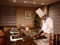 【鉄板焼きディナー】夕食はシェフが目の前で調理。お部屋の≪ダイニングカウンター≫で♪