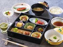 【朝食一例】和定食をご用意。新鮮な魚や旬の野菜を使用した品々、起きたての身体に優しい朝食です。