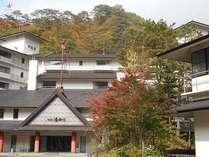 紅葉を迎えた ホテル湯西川