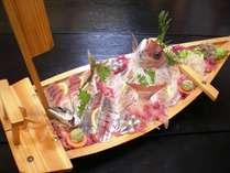 たくさんのお客様をうならせてきた豪快な新鮮地魚の舟盛り!。(4人前)