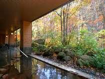 【大自然の湯「川の囁き」】秋の紅葉を見ながら温泉に入ると、ホッと心が和みます…