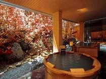 【大自然の湯「鳥の声」】紅葉に包まれた露天風呂。自然の息吹を感じながら入る露天風呂は至福のひととき