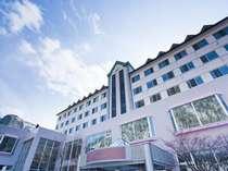 自然に囲まれた朝陽リゾートホテル。明るい陽射しが心地よい。