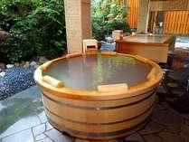 【大自然の湯「鳥の声」】円型の木風呂は白い湯の花が沈殿する濁り湯となってます