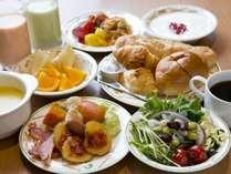 朝食は新鮮野菜のサラダなど、洋食メニューも豊富