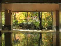 【大自然の湯「川の囁き」】紅葉シーズンのお風呂です♪キレイな風景で癒されてください