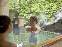 【大自然の湯「鳥の声」】檜の露天風呂。渓谷の緑を見ながら心も体もリラックス