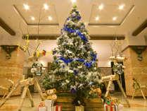 ロビーでは、クリスマスツリーとトナカイのオブジェがお出迎え!