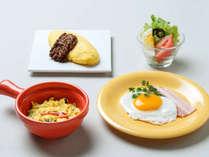 【ル・マッターホルン】ベーコンエッグ、道産チーズ入りジャンボオムレツなど(朝食一例)